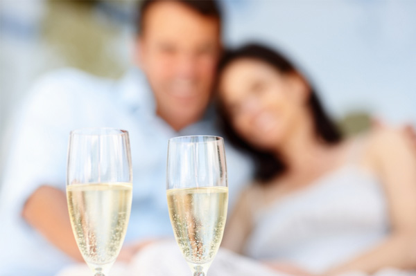 couple-drinking-champagne