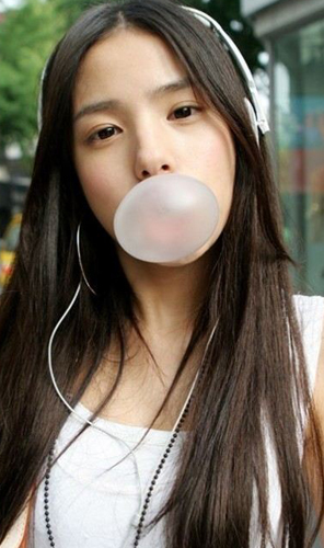 girl-chewing-gum-bubble-sweet-funny-_tmun